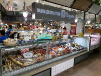 Гастрономическом отделе: взвешивание и нарезка сыров, колбас, мясных и рыбных деликатесов.